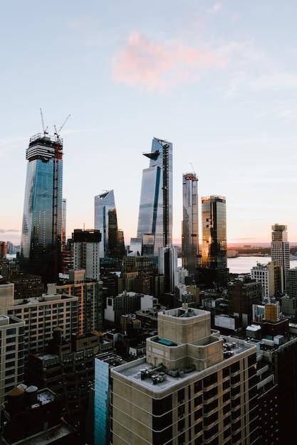 Вертикальный снимок зданий и небоскребов в нью-йорке, сша Бесплатные Фотографии