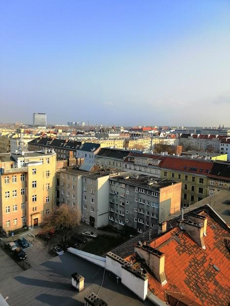 ポーランド、ワルシャワで晴れた日の間に街の垂直方向のショット 無料写真