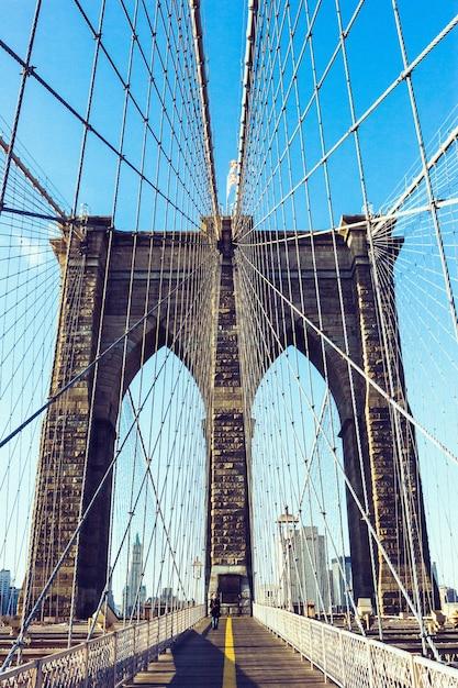Вертикальный снимок знаменитого бруклинского моста в дневное время в нью-йорке, сша Бесплатные Фотографии