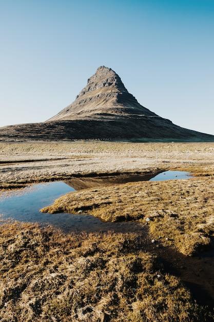 アイスランドのグルンダルフィヨルズルの町にあるカークジュフェル山の垂直方向のショット 無料写真