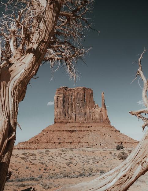 Вертикальный снимок долины монументов в oljato-monument, сша Бесплатные Фотографии