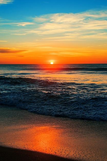 일출 북쪽 입구 해변의 수직 샷 무료 사진