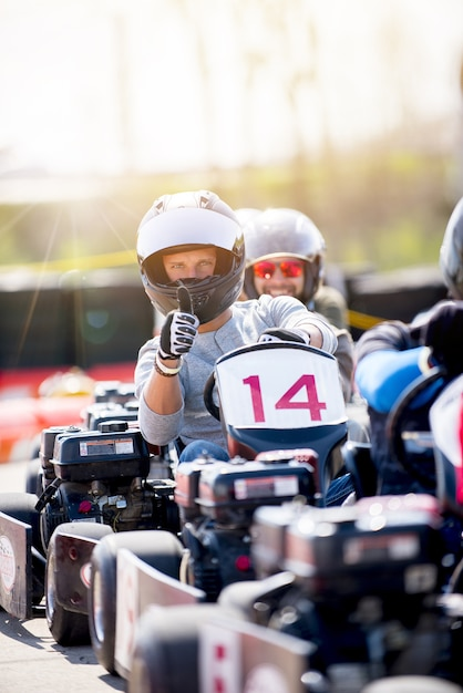 Вертикальный снимок двух мужчин, катающихся на мотоциклах Бесплатные Фотографии