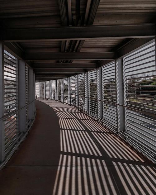 屋内廊下の床に反射する窓の垂直方向のショット 無料写真