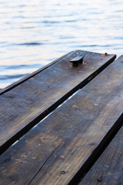 水の上の木製ボートの垂直ショット 無料写真