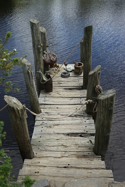 Colpo verticale di un vecchio ponte su un lago sotto la luce del sole Foto Gratuite