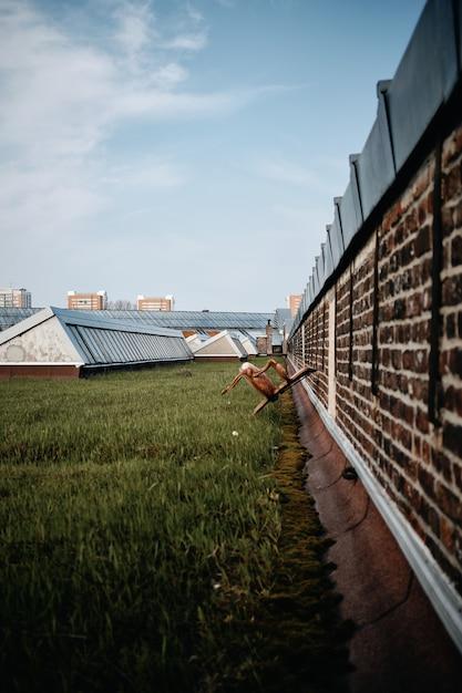 Colpo verticale di un parco con edifici in cemento a roubaix, francia Foto Gratuite