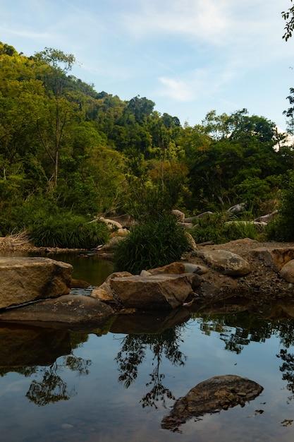 Colpo verticale di un fiume con rocce a ba ho waterfalls cliff in vietnam Foto Gratuite