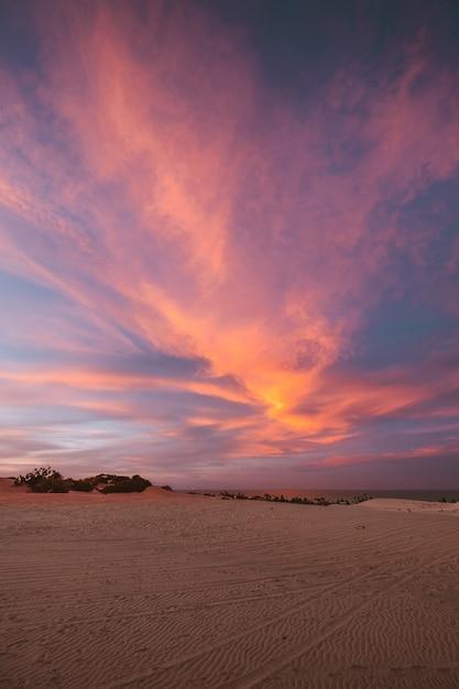 Colpo verticale delle colline sabbiose sotto il cielo colorato mozzafiato catturato nel nord del brasile Foto Gratuite