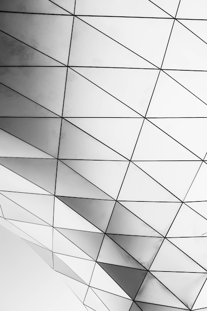 Colpo verticale di una struttura geometrica bianca su sfondo bianco Foto Gratuite