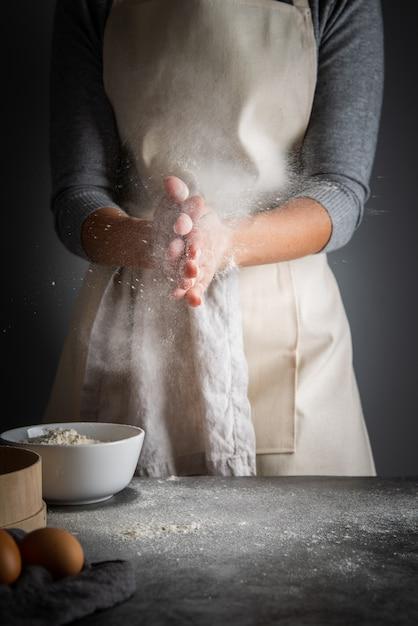 Colpo verticale donna con farina in palme Foto Gratuite