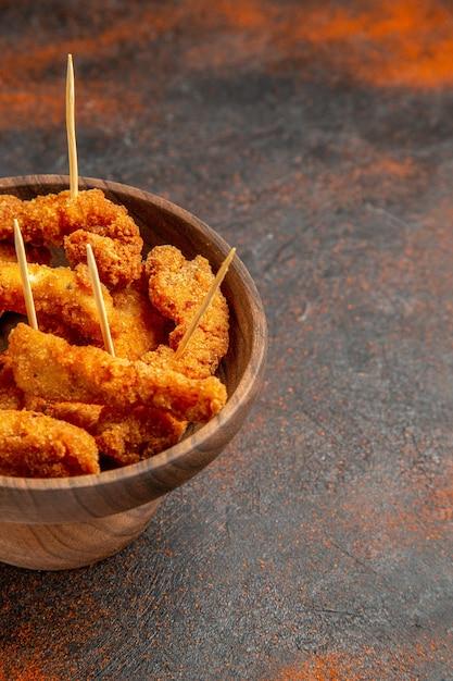 Vista verticale di pollo fritto croccante a metà di colore misto Foto Gratuite