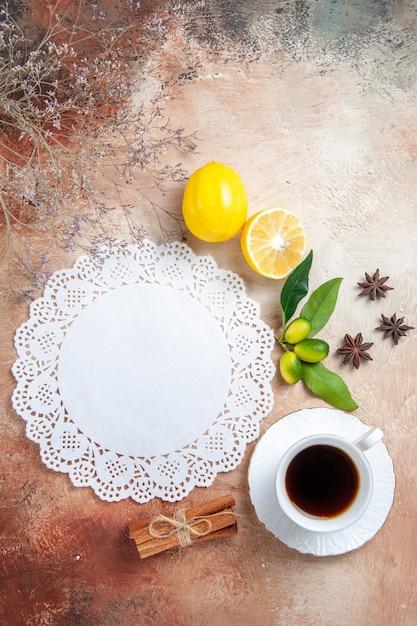 カラフルなお茶の紅茶レモンナプキンとお茶の垂直方向のビュー 無料写真