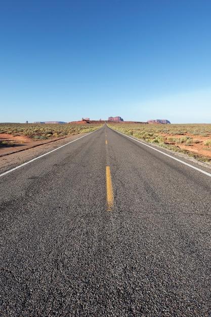 長いアメリカの道路、米国の垂直方向のビュー Premium写真
