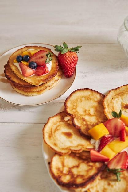 果物が上にあるパンケーキの垂直方向のビュー 無料写真