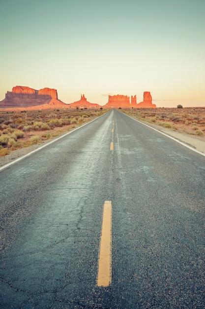 モニュメントバレー、米国への道路の垂直方向のビュー Premium写真
