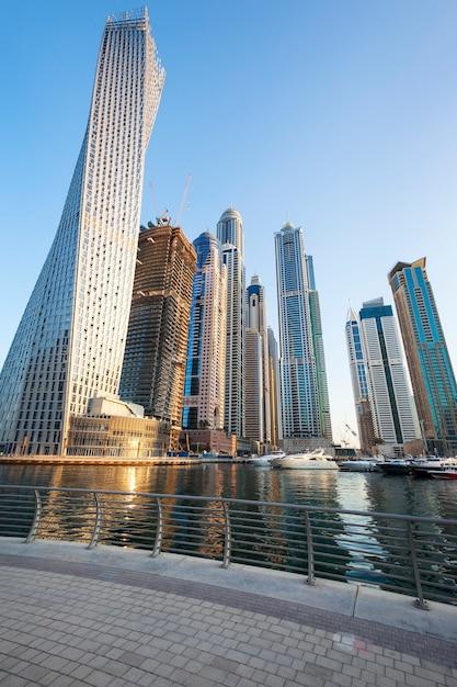 ドバイマリーナ、アラブ首長国連邦の高層ビルの垂直方向のビュー。 Premium写真