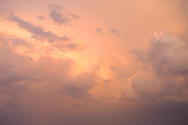 Очень красивое оранжевое закатное небо с облаками Premium Фотографии