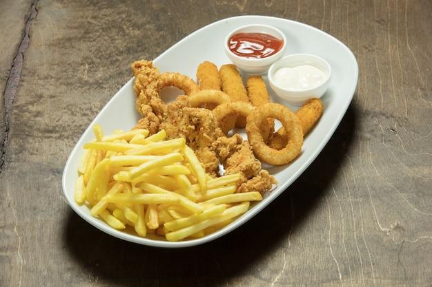 Очень вкусная домашняя хрустящая жареная курица с картофелем фри Premium Фотографии