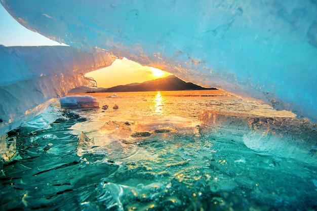 Очень большой и красивый кусок льда на восходе солнца зимой. Бесплатные Фотографии
