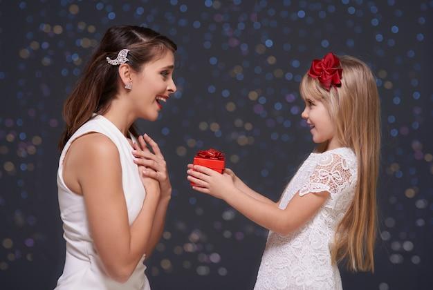 Donna molto sorpresa e sua figlia Foto Gratuite