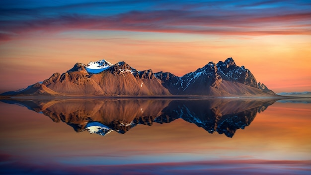 アイスランド、stokksnesの日没時のvestrahorn山。 無料写真