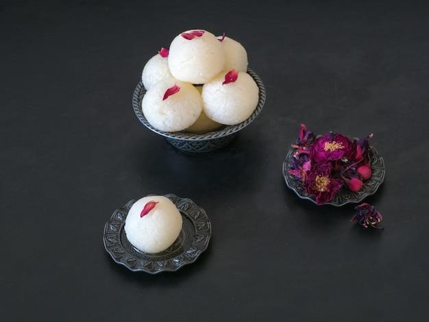 インドのラスグラデザートを閉じます。ボウルに盛られた甘いトップvi Premium写真