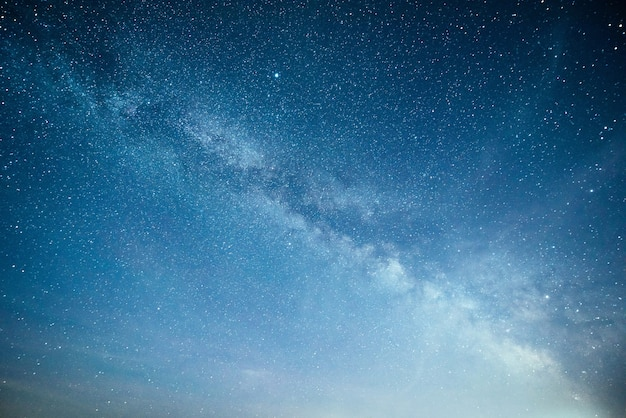 Яркое ночное небо со звездами, туманностями и галактиками. Бесплатные Фотографии