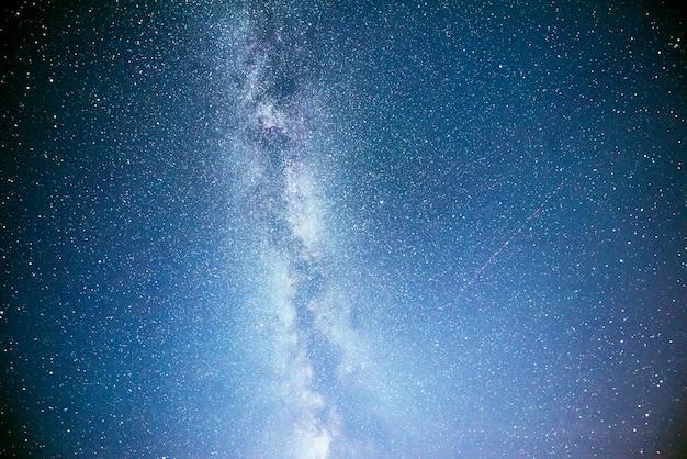 星と星雲と銀河の活気に満ちた夜空。 無料写真