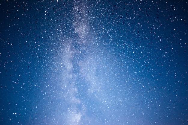 별과 성운과 은하계가있는 활기찬 밤하늘. 무료 사진