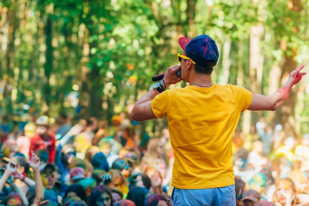 Vichuga, russia - june 17, 2018: man leading stands on the stage at the celebration of the festival of colors holi Premium Photo