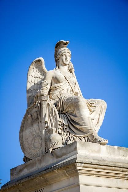 Победоносная статуя франции возле триумфальной арки карусели, париж Premium Фотографии