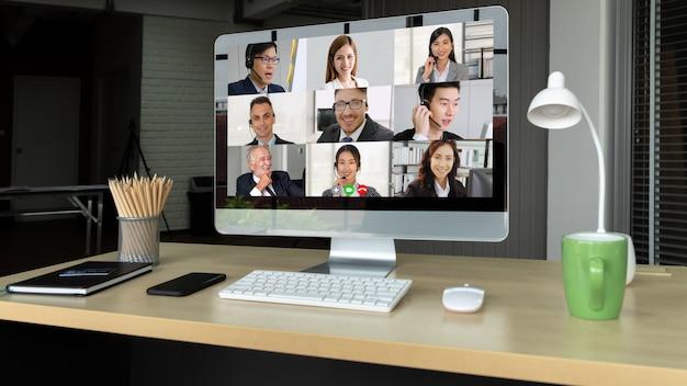 Видеовызов деловых людей, встречающихся на виртуальном рабочем месте или в удаленном офисе Premium Фотографии