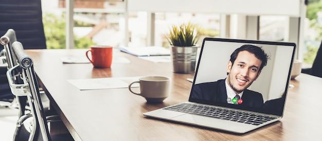 Видеозвонок деловых людей, встречающихся на виртуальном рабочем месте или в удаленном офисе Premium Фотографии