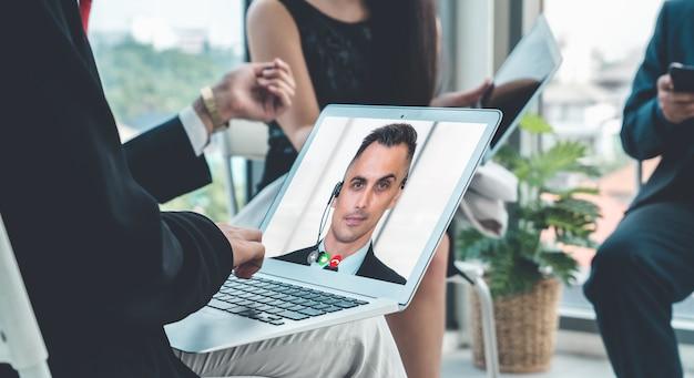 Группа видеозвонков деловых людей, встречающихся на виртуальном рабочем месте или в удаленном офисе Premium Фотографии