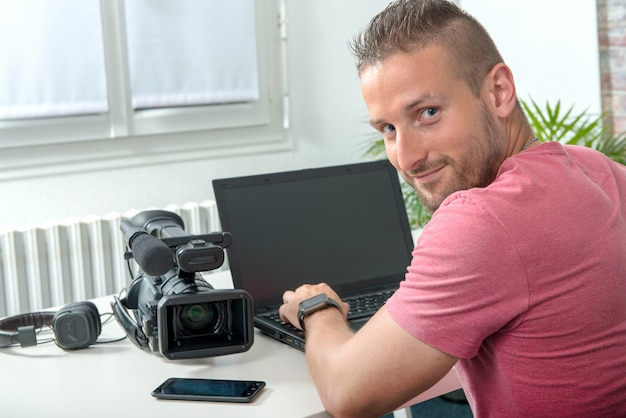 Video editor with computer and professionnal video camera Premium Photo