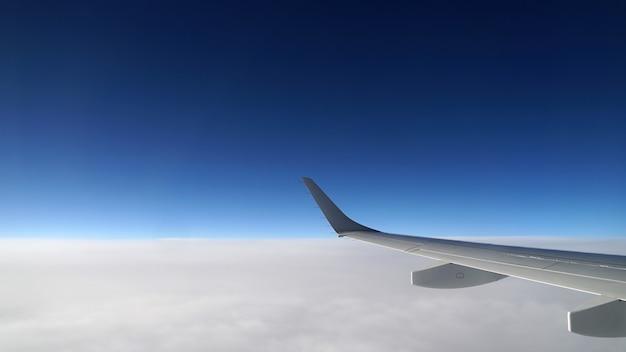 Vista dell'ala dell'aereo di linea dalla finestra Foto Gratuite