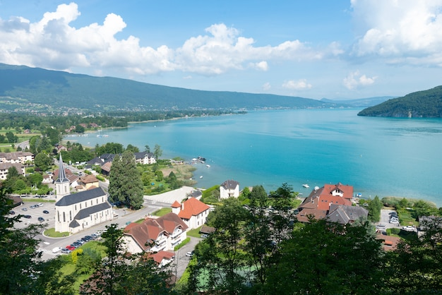 View of the annecy lake with village of duingt Premium Photo