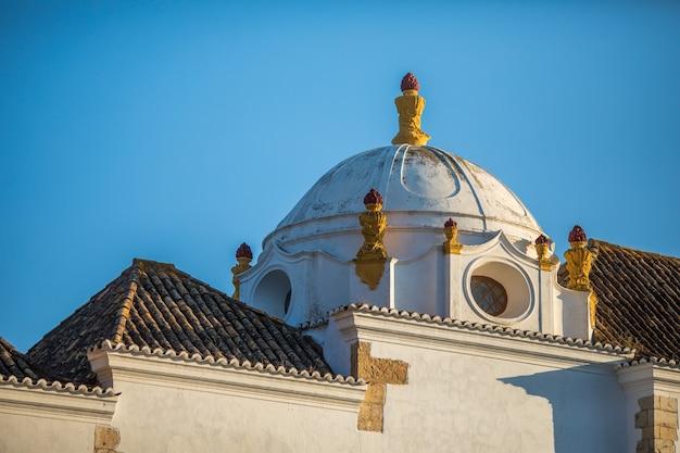 Mostra su architettura sulla vecchia strada della città di faro, algarve, portogallo. Foto Gratuite