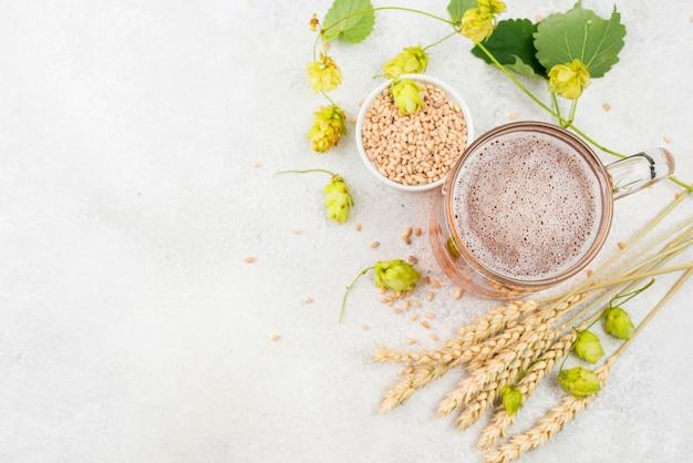 Sopra la cornice di semi di birra e grano vista Foto Gratuite