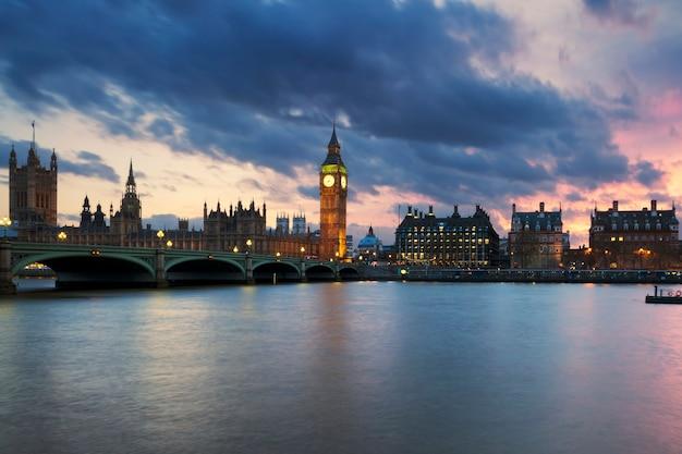 Vista della torre dell'orologio del big ben a londra al tramonto, regno unito. Foto Gratuite