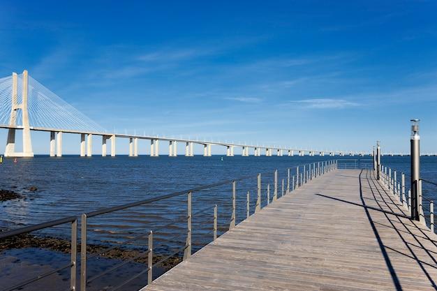 Vista del grande ponte vasco da gama a lisbona Foto Gratuite