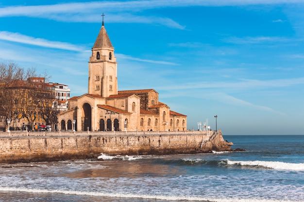 View of church in gijon Premium Photo