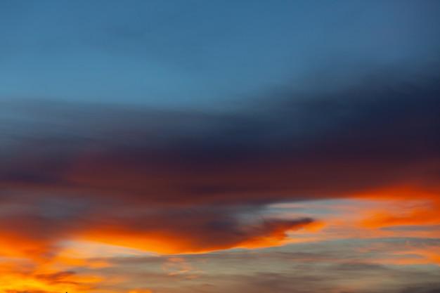 Vista dell'alba del cielo e del sorgere del sole. sullo sfondo della natura Foto Gratuite