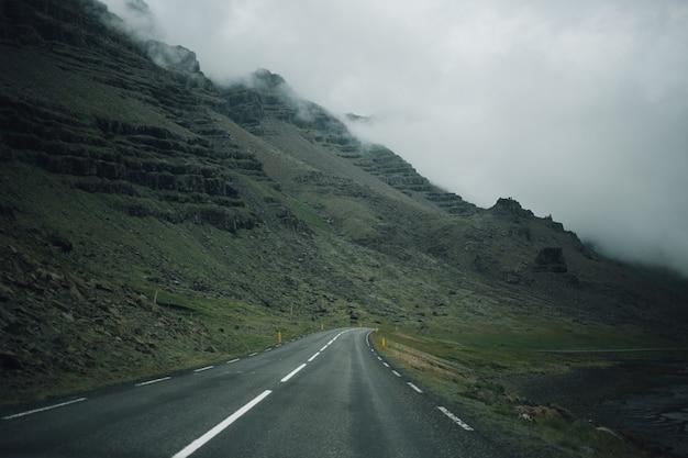 Vista sulla strada islandese vuota dall'interno dell'auto Foto Gratuite
