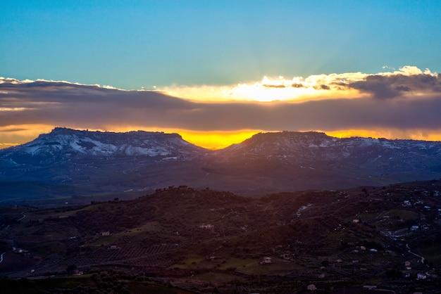 View of enna and calascibetta skyline at sunset Premium Photo