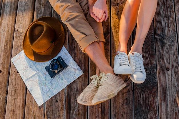 Вид сверху ноги пары, путешествующей летом, одетой в кроссовки Бесплатные Фотографии