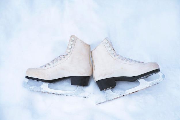 위에서 봅니다. 하얀 눈에 오래 된, 빈티지 화이트 피겨 스케이트 프리미엄 사진