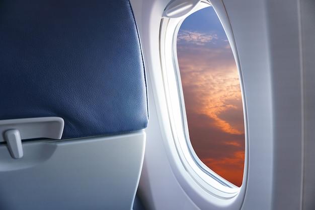 비행기 창에서보기, 비행기 창에서 일몰 또는 푸른 하늘과 구름보기 프리미엄 사진