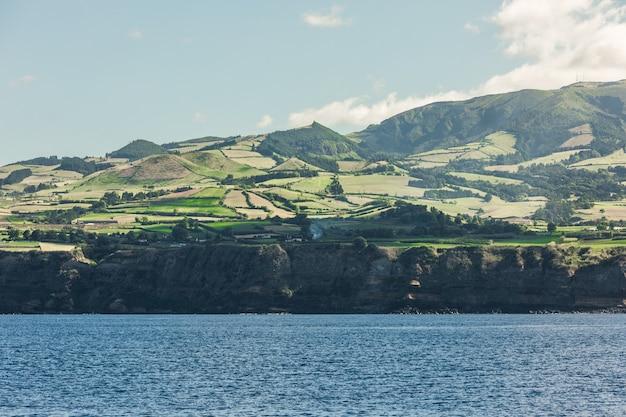 Vista dall'oceano sull'isola di sao miguel nella regione autonoma portoghese dell'isola delle azzorre. Foto Gratuite